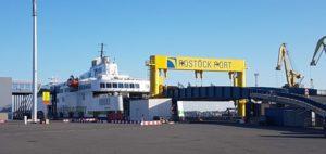 Eine Scandlinesfähre am Fähranleger von Rostock Port im Rostocker Hafen