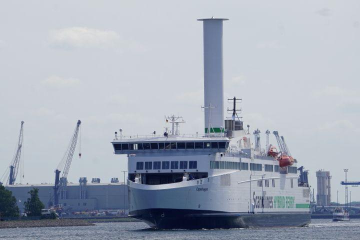 Scandlines Fähre Copenhagen mit neuem Rotorsegel beim verlassen des Rostocker Hafens.