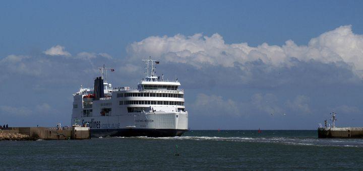 De Scandlines veerboot Schleswig-Holstein vertrekt uit de haven van Rödby
