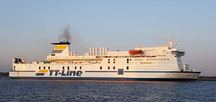 TT-Line Fähre Tom Sawyer beim Einlaufen in den Rostocker Hafen